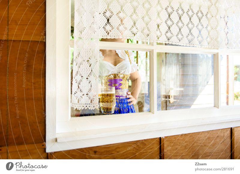 Wiesn-Zeit Jugendliche schön Erwachsene feminin Junge Frau Stil Autofenster 18-30 Jahre natürlich blond elegant stehen ästhetisch Perspektive Kleid trinken