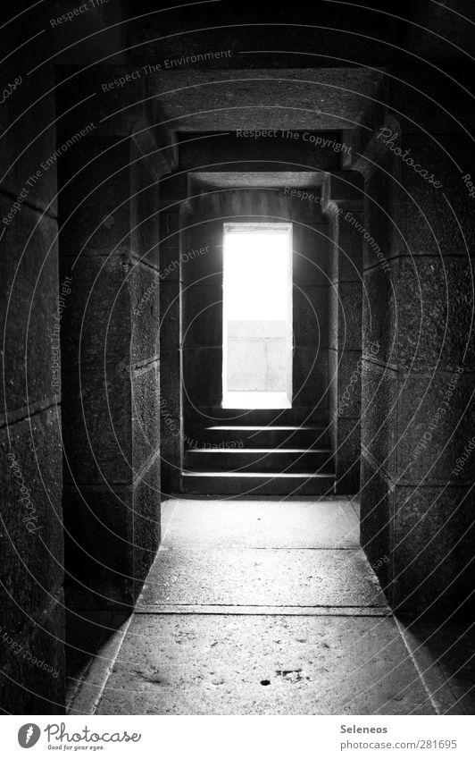 Licht Bauwerk Gebäude Architektur Mauer Wand Treppe Denkmal Stein Beton bedrohlich dunkel gruselig kalt Gefühle Einsamkeit Schwarzweißfoto Außenaufnahme