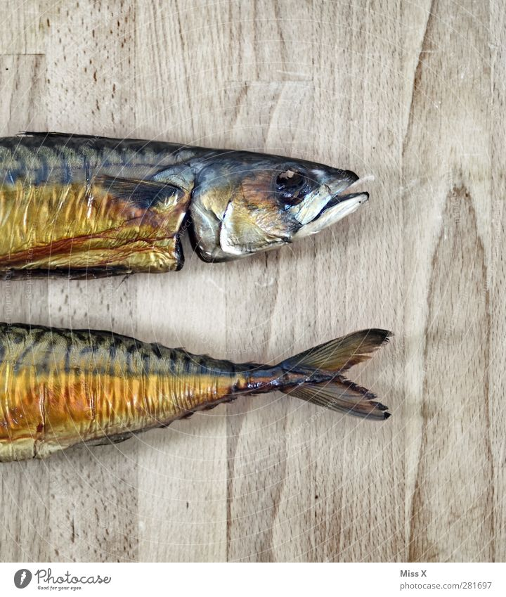 Am Stück Holz Gesundheit Lebensmittel Ernährung Fisch lecker Abendessen hässlich Holzplatte Flosse geteilt Makrele geräuchert Fischkopf