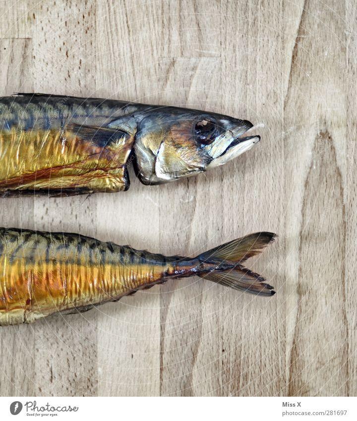 Am Stück Lebensmittel Fisch Ernährung Abendessen Gesundheit hässlich lecker Makrele geräuchert Flosse Fischkopf Holzplatte geteilt Gedeckte Farben Nahaufnahme