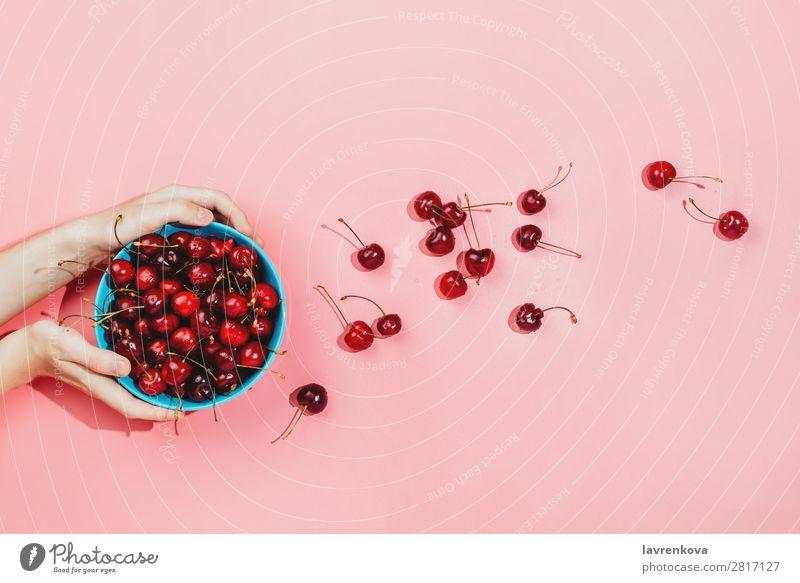 Frauenhände halten eine blaue Schale voller frischer Bio-Kirschen. Hintergrundbild Beeren Farbe Entwurf lecker Dessert Diät Lebensmittel Gesunde Ernährung