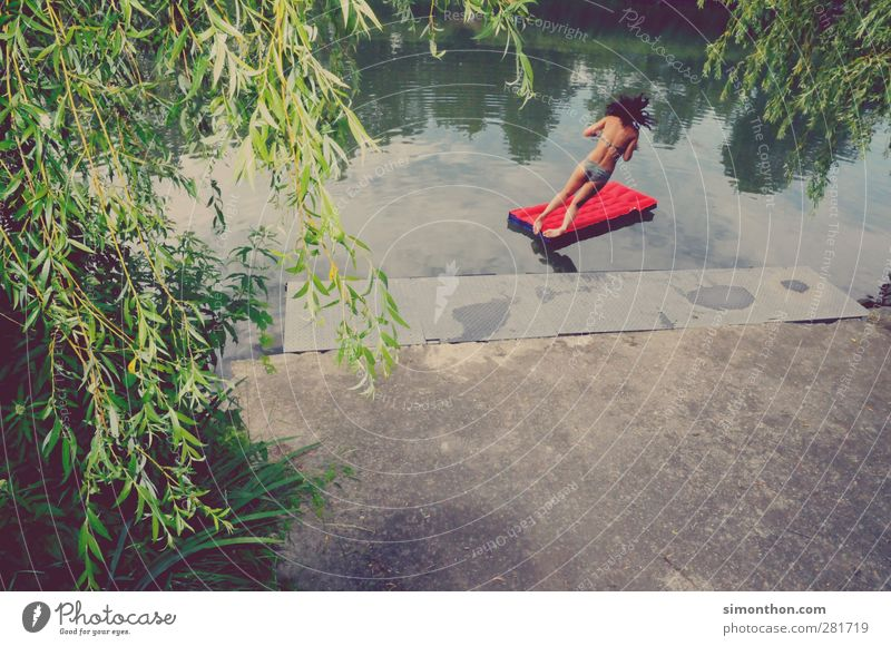 sprung ins nass Mensch Natur Jugendliche Ferien & Urlaub & Reisen Sommer rot Sonne Freude Erwachsene feminin Junge Frau Freiheit Glück springen 18-30 Jahre Schwimmen & Baden