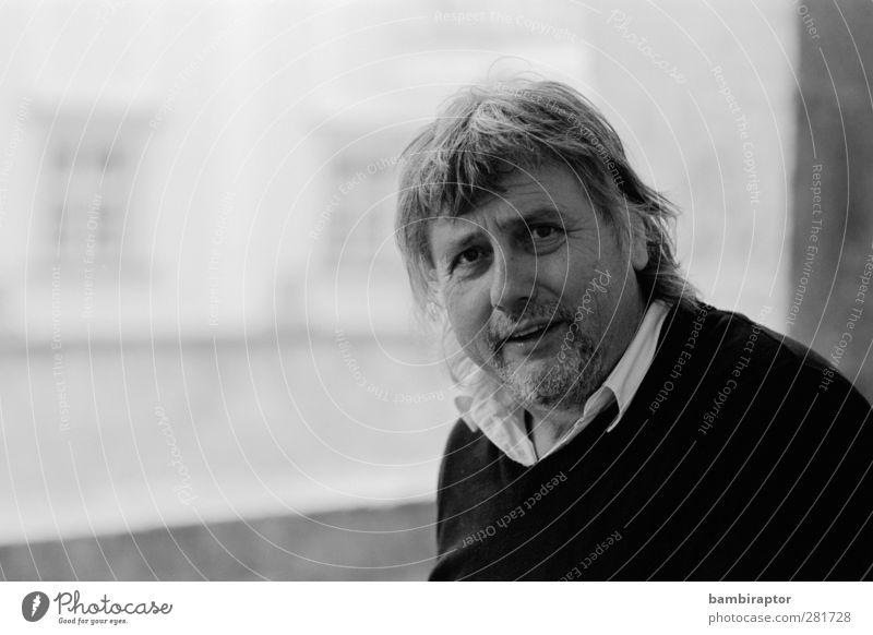 Nr. III Mensch maskulin Mann Erwachsene Vater 45-60 Jahre beobachten Blick Schwarzweißfoto Außenaufnahme Textfreiraum links Hintergrund neutral Licht Schatten