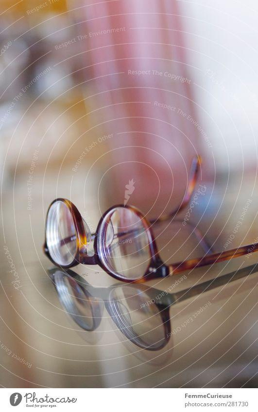 Stets den Durchblick behalten. Nase Identität Brille Brillenträger Brillengestell Glas Reflexion & Spiegelung Glasscheibe Tischplatte Muster braun klug