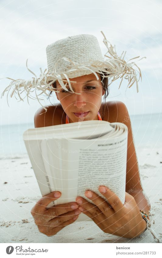 strand-leseratte Frau Mensch Strand Ferien & Urlaub & Reisen lesen Buch Bildung Porträt Hut Sonnenhut Erholung Pause Sommer produzieren lernen Roman Neugier
