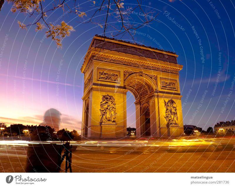 L'Arc de Triomphe (Paris) Fotokamera Mensch 1 Hauptstadt Platz Tor Bauwerk Sehenswürdigkeit Wahrzeichen beobachten Blick historisch Neugier blau gold Kraft