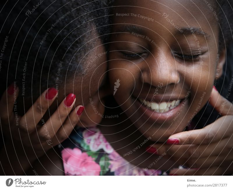 keep in touch (IX) Nagellack feminin Mädchen Frau Erwachsene 1 Mensch Kleid schwarzhaarig berühren festhalten Lächeln lachen Liebe Umarmen schön Wärme Gefühle