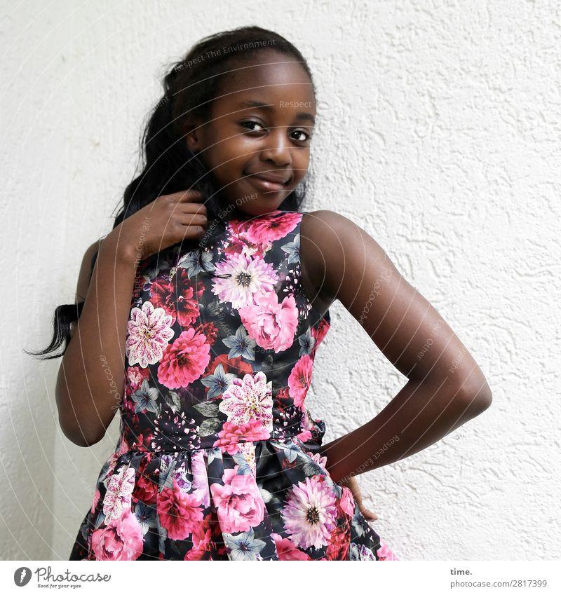 Gloria feminin Mädchen 1 Mensch Mauer Wand Kleid schwarzhaarig langhaarig Locken festhalten Lächeln Blick Freundlichkeit positiv schön Lebensfreude selbstbewußt