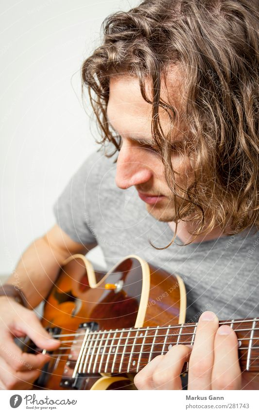 playing the guitar Mensch Mann Jugendliche Erwachsene Gefühle Haare & Frisuren Holz grau Kopf Traurigkeit Junger Mann Stil Musik 18-30 Jahre Stimmung braun