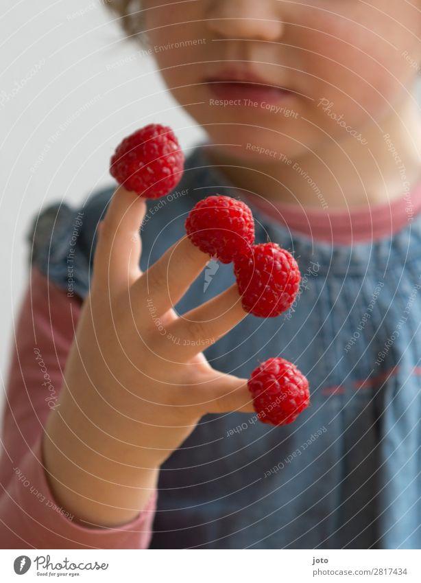 1,2,3,4 Lebensmittel Frucht Süßwaren Essen Bioprodukte Fingerfood Gesunde Ernährung Zufriedenheit Sommer Kind Mädchen Kindheit Hand 3-8 Jahre genießen frech