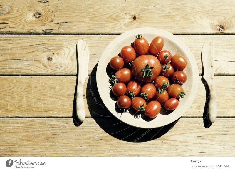 Tomatendiät rot Holz braun Lebensmittel Ernährung retro Gemüse Teller Messer Diät