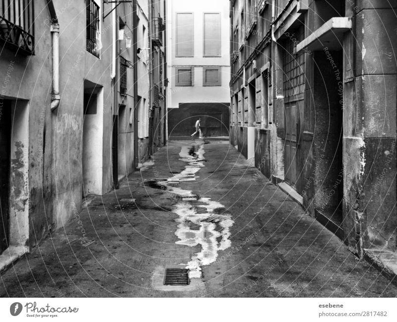 Laufen auf nasser Straße Mensch maskulin Mann Erwachsene Energie entdecken Klima Ziel laufen Streetlife Treppe Schwarzweißfoto Außenaufnahme Morgen