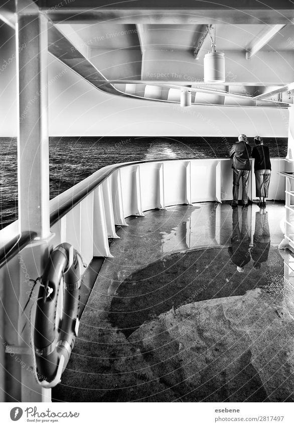 Paar auf einer Kreuzfahrt Schifffahrt Passagierschiff Kreuzfahrtschiff entdecken Schwimmen & Baden Blick Ferien & Urlaub & Reisen Liebe Schwarzweißfoto
