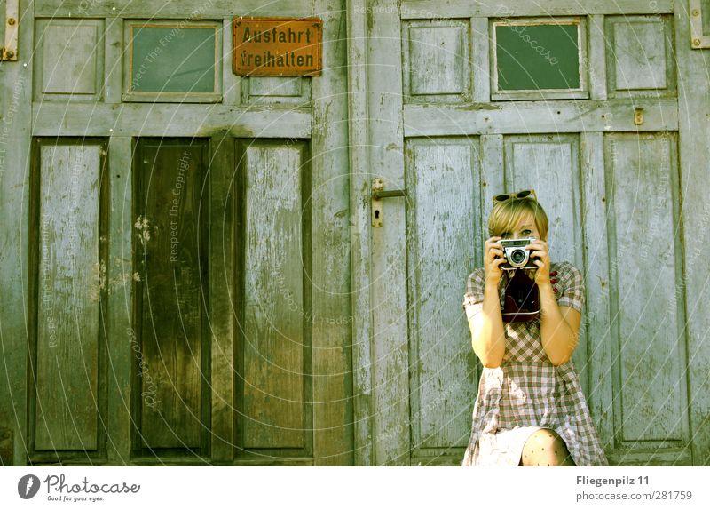 ein Foto für Photocase Stil Fotokamera feminin Junge Frau Jugendliche Körper 1 Mensch 18-30 Jahre Erwachsene Tür Bekleidung Kleid Strumpfhose Sonnenbrille