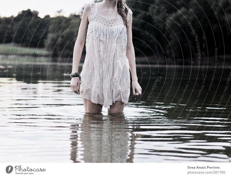 nass. feminin Junge Frau Jugendliche 1 Mensch 18-30 Jahre Erwachsene Umwelt Natur Wald Seeufer Wasser Kleid blond langhaarig leuchten träumen kalt dünn Gefühle
