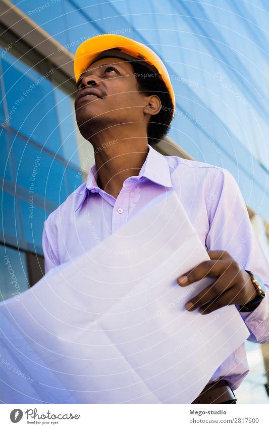 professioneller Architekt im Helm, der weg schaut. Arbeit & Erwerbstätigkeit Beruf Handwerker Büro Industrie Business Mensch Mann Erwachsene Gebäude Architektur