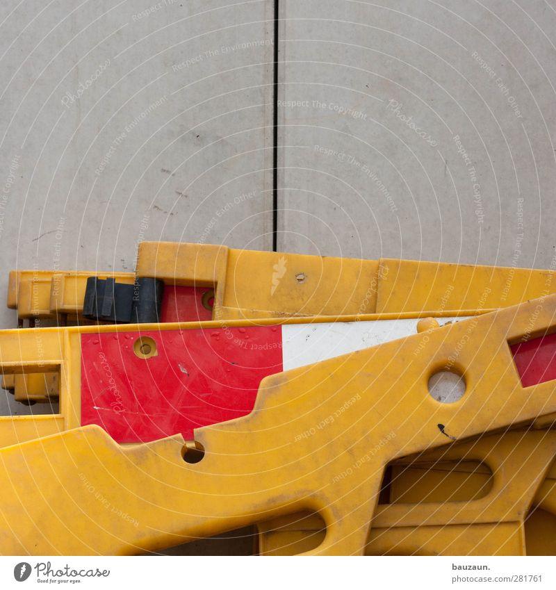 ... weiß rot gelb Wand grau Mauer Arbeit & Erwerbstätigkeit Fassade Schilder & Markierungen Verkehr Beton Hinweisschild Industrie Baustelle Kunststoff Handwerk