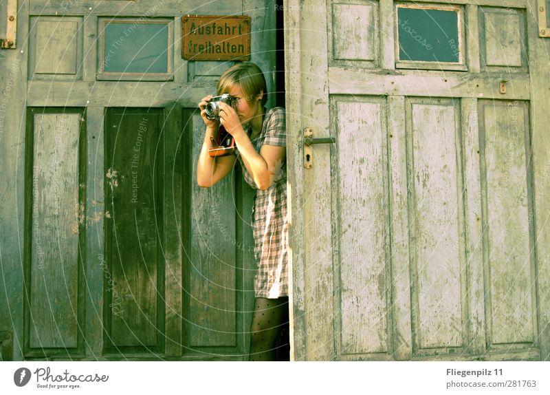 Fotojagd Stil Fotokamera feminin Junge Frau Jugendliche Körper 1 Mensch 18-30 Jahre Erwachsene Tor Tür Bekleidung Kleid Strumpfhose blond kurzhaarig entdecken