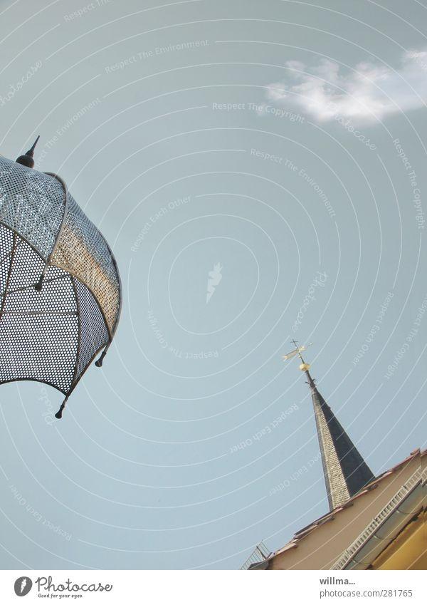 spitzentreffen Himmel Wolken Spitze Dach Partnerschaft Schirm Sonnenschirm Höhe Konkurrenz gleich Weimar Kirchturm Kirchturmspitze Menschenleer Schutz