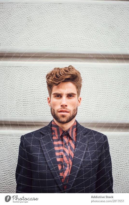 Schöner eleganter junger Modemann im trendigen Kostümanzug, weißer Wandhintergrund Anzug Mann Herr modisch Bekleidung Stil Model Hemd Hand lässig modern