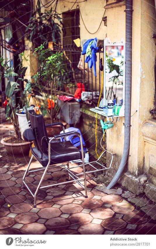 Hanoi - Vietnam, 15. Juni 2015: Ein Friseurstand in der Straße Asien asiatisch Friseursalon Kufe blau Business Stuhl Chi Großstadt Kultur Kunde geschnitten