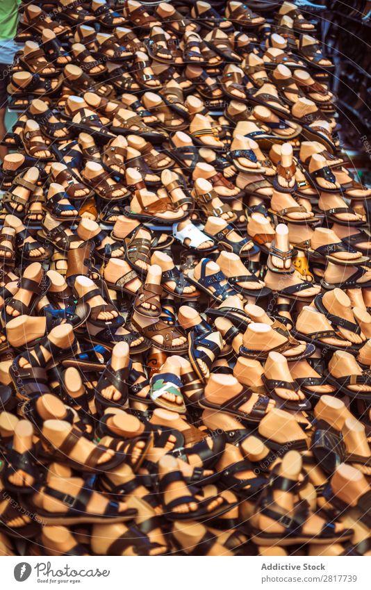 Hunderte von Sandalen auf einem Markt in Hanoi, Vietnam Hab und Gut Marke Geschäft kaufen Billig Chinese mehrfarbig Farbe Anzeige anzeigend Östlich Fälschung