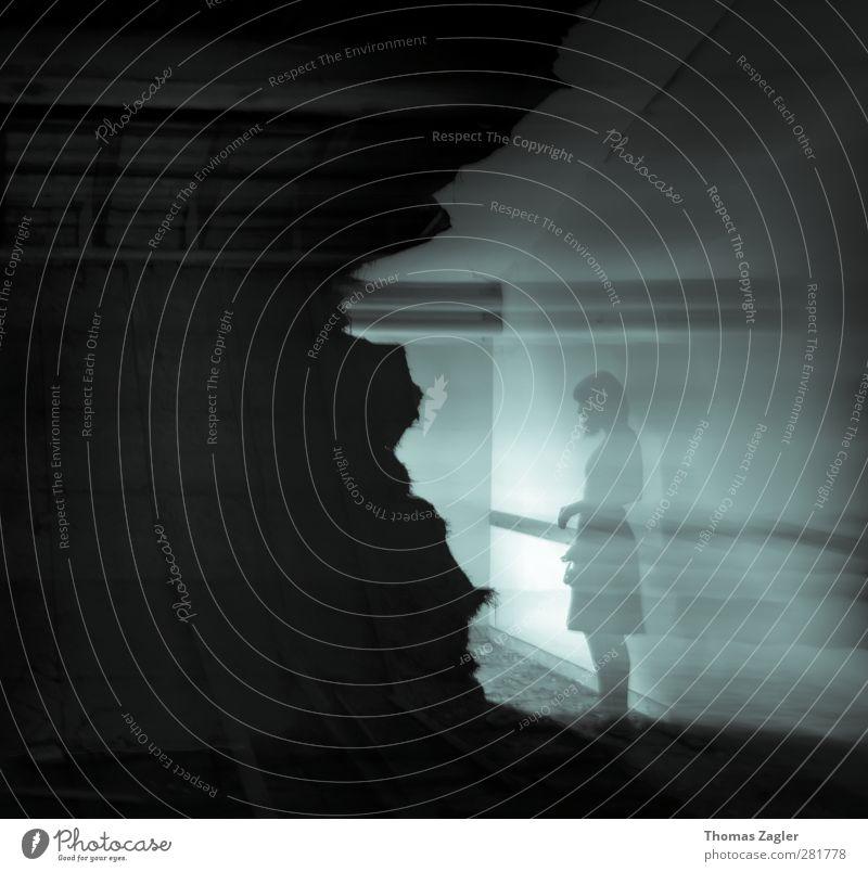 Schatten Frau Jugendliche Einsamkeit Haus Erwachsene Fenster dunkel kalt Wand feminin Junge Frau Mauer Traurigkeit träumen Raum außergewöhnlich