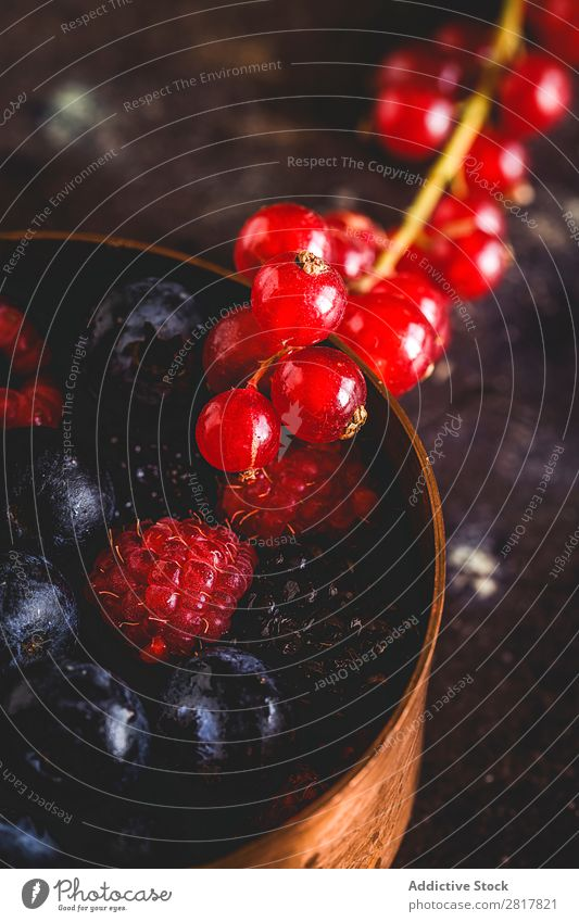 Bio-Himbeeren, Heidelbeeren und rote Beeren Preiselbeeren Blaubeeren Frucht organisch Lebensmittel frisch Hintergrundbild Gemüse Pflanze Gesundheit natürlich