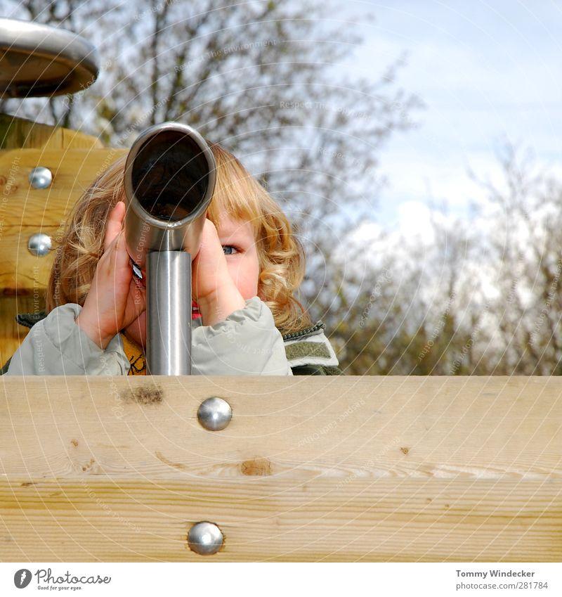 Weitblick Kind Freude Ferne Spielen Junge Holz Kopf Kindheit Abenteuer beobachten Neugier Aussicht Spielzeug entdecken Momentaufnahme Kindergarten