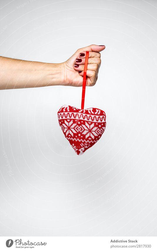 Hand mit Plüschherz Spielzeug Weihnachten & Advent Dekoration & Verzierung Herz Ornament Kugel Mensch Feste & Feiern Winter heimwärts Geschenk Jahreszeiten hell