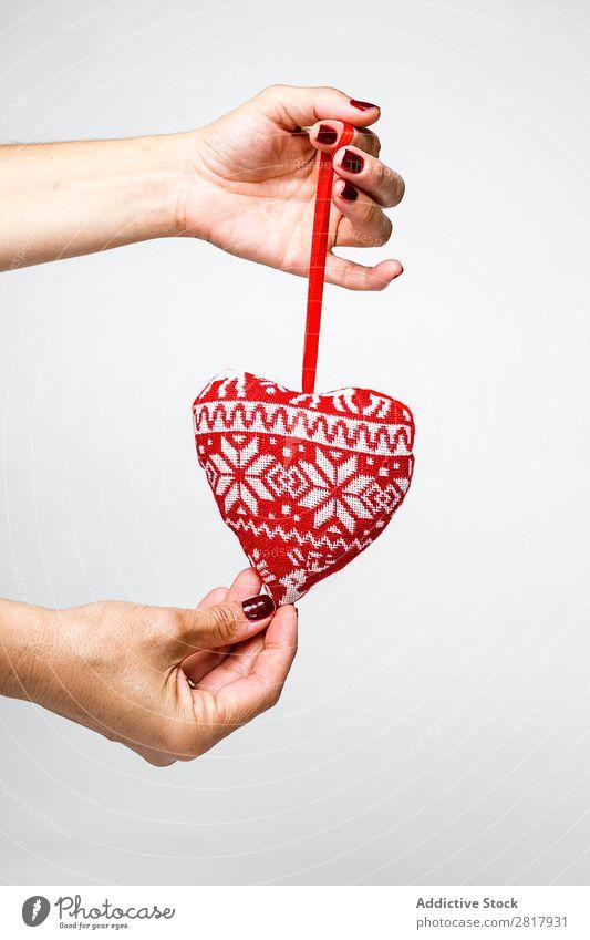Hände mit Plüschherz Hand Spielzeug Weihnachten & Advent Dekoration & Verzierung Herz Ornament Kugel Mensch Feste & Feiern Winter heimwärts Geschenk