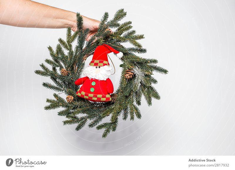 Hand mit Kranz und Spielzeug Weihnachten & Advent Dekoration & Verzierung Grabkränze klein Weihnachtsmann grün Tanne Tradition Kugel Mensch Feste & Feiern