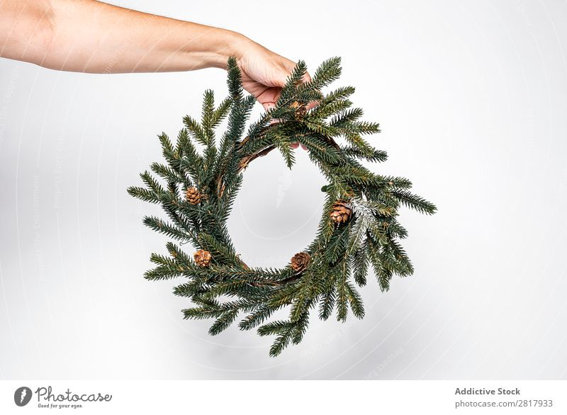 Hand hält Weihnachtskranz Weihnachten & Advent Dekoration & Verzierung Grabkränze klein grün Tanne Tradition Kugel Mensch Feste & Feiern Winter heimwärts
