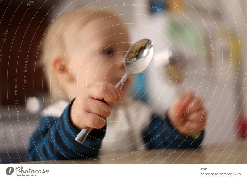 HUNGER ! Ernährung Essen Besteck Löffel Häusliches Leben Wohnung Kind Baby Kleinkind Kindheit Haut Hand Finger Faust 1 Mensch 1-3 Jahre beobachten Spielen