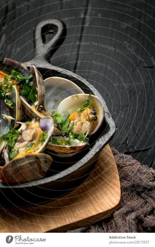 Muscheltopf in Weißweinsauce Lebensmittel Meeresfrüchte Muscheln Eintopf Spanisch Pfanne Petersilie Küchenkräuter lecker Gastronomie gebastelt frisch