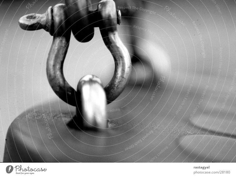 schaukel Schaukel Spielplatz Öse Schweben Trauer Vergangenheit Freizeit & Hobby Makroaufnahme Schwarzweißfoto Metall isolierend Traurigkeit