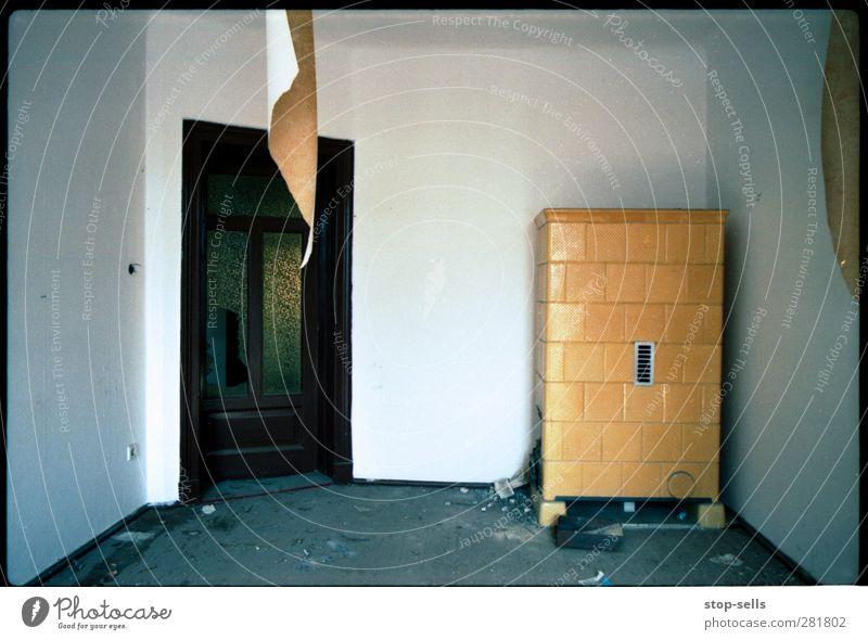 Wohnzimmer Haus Hütte Mauer Wand Kamin Tür hängen stehen alt Einsamkeit Ende Endzeitstimmung Nostalgie stagnierend Verfall Vergangenheit Vergänglichkeit