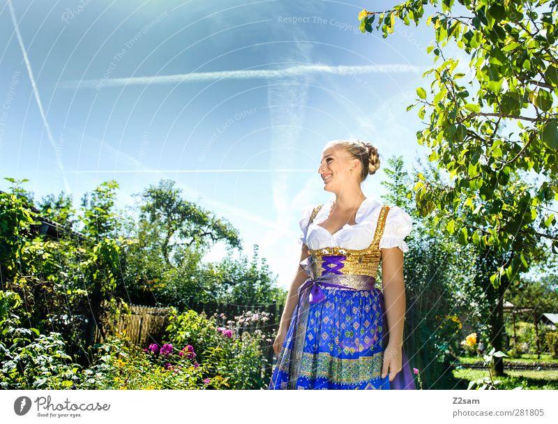 Mei Madl elegant Stil Oktoberfest Jahrmarkt feminin Junge Frau Jugendliche 18-30 Jahre Erwachsene Natur Landschaft Wolkenloser Himmel Sommer Baum Blume