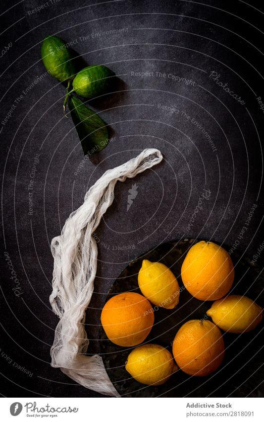 Frische Zitronen und Orangen auf dunklem Tisch Zitrusfrüchte Frucht Lebensmittel Hintergrundbild Diät frisch grün Gesundheit natürlich organisch roh