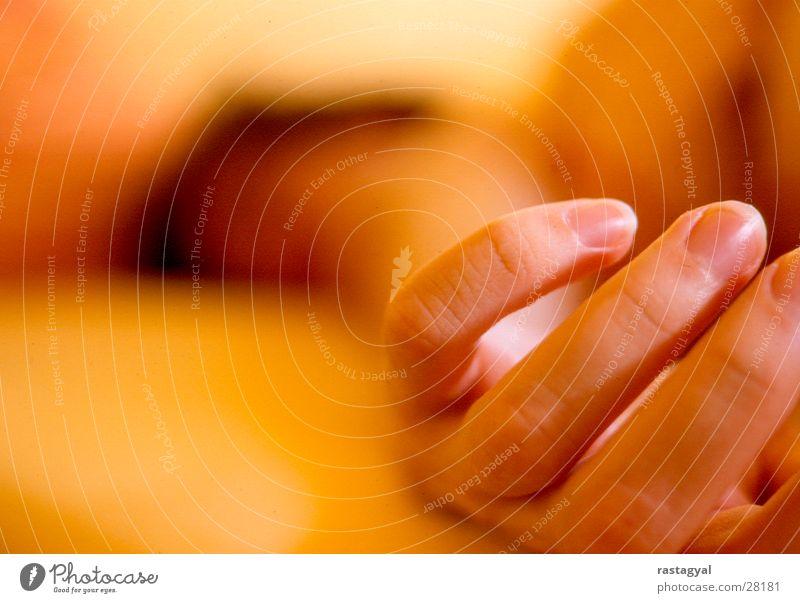 hand Mann Hand Sonne Wärme orange Raum schlafen Finger Bett Physik Fingernagel Sonntag verschlafen Männerhand