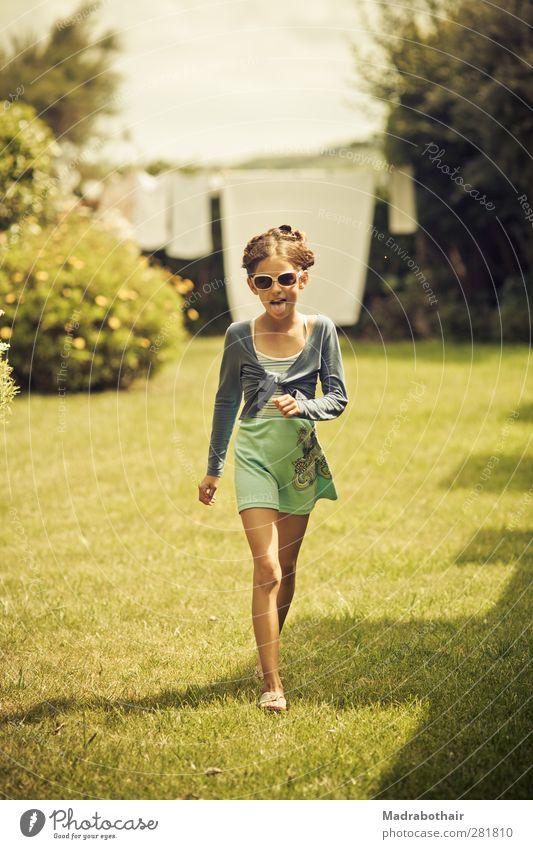 frech Mensch Kind schön Mädchen Freude Wiese feminin lachen lustig Garten gehen Kindheit frei Fröhlichkeit Sträucher Coolness