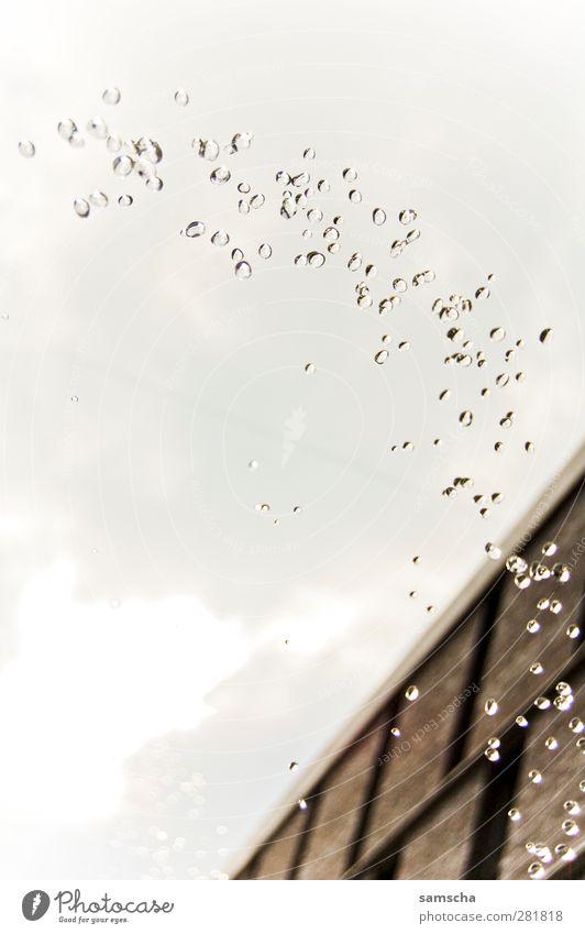 Drops Himmel Wasser Stadt Wolken Haus kalt Wand Mauer Regen Wetter nass Wassertropfen fallen Tropfen Brunnen Flüssigkeit