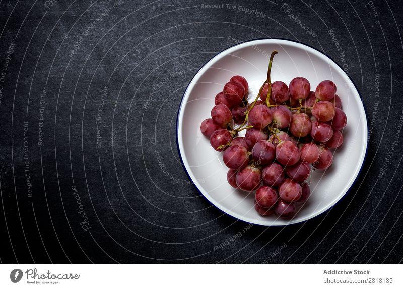 Traubenstrauß auf Teller Weintrauben Haufen reif Frucht frisch Gesundheit Lebensmittel süß Beeren Natur Dessert Ernährung Ast saftig purpur Ernte rot natürlich