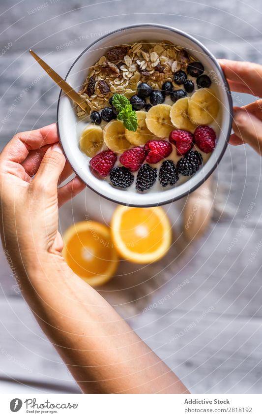 Hausgemachtes Antioxidans Smoothie Sommerfrüchte und Cerealien Milchshake Frucht Lebensmittel Gesundheit Beeren frisch Tisch Dessert Diät Frühstück Banane