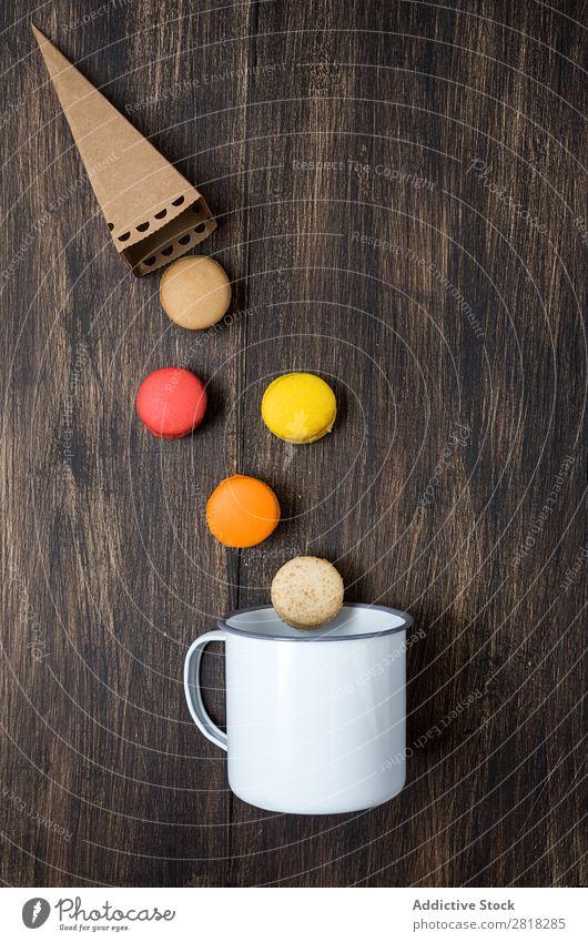 Leckere französische Makronen auf einem Holztisch Macaron Lebensmittel Tisch Menschenleer Dessert Snack gelb Kuchen Schokolade Feinschmecker Biskuit