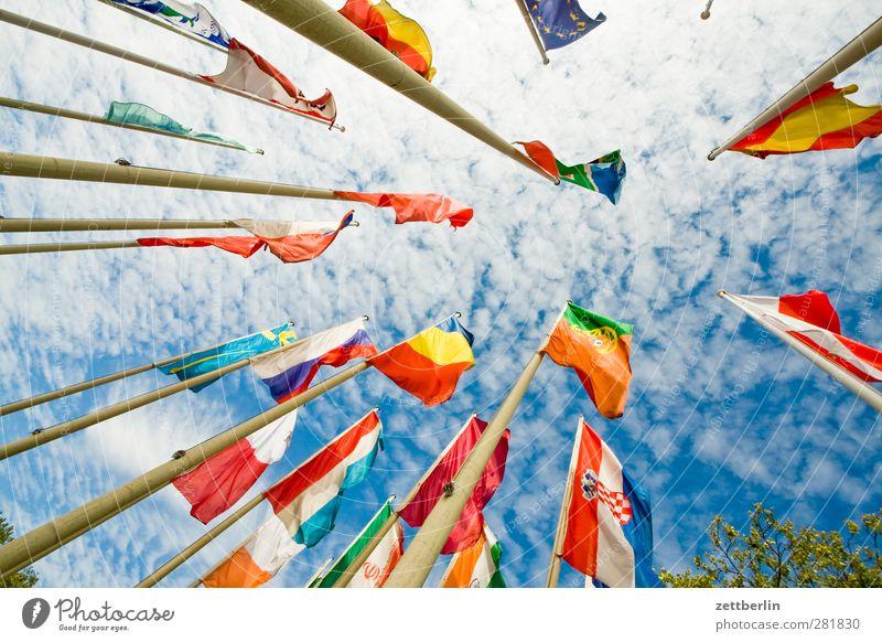 Fahnen Himmel Wolken Wind Sturm Zeichen Identität Fahnenmast flattern international Nationalitäten u. Ethnien völkerbund wallroth wehen Windgeschwindigkeit