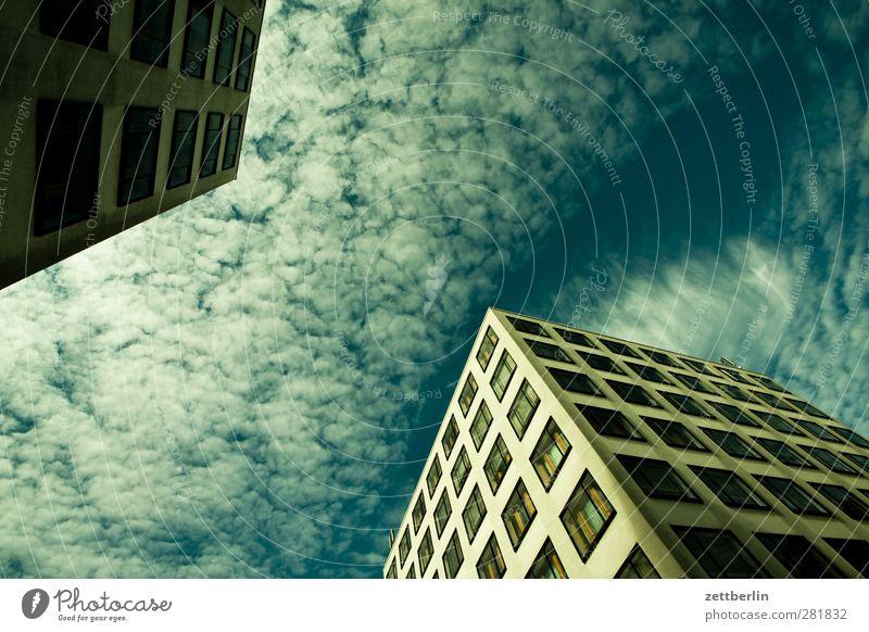 Neubau Stadt Hauptstadt Haus Bauwerk Gebäude Architektur Mauer Wand Fassade Fenster gut modern schön wallroth Ecke Himmel Wolken Farbfoto Gedeckte Farben