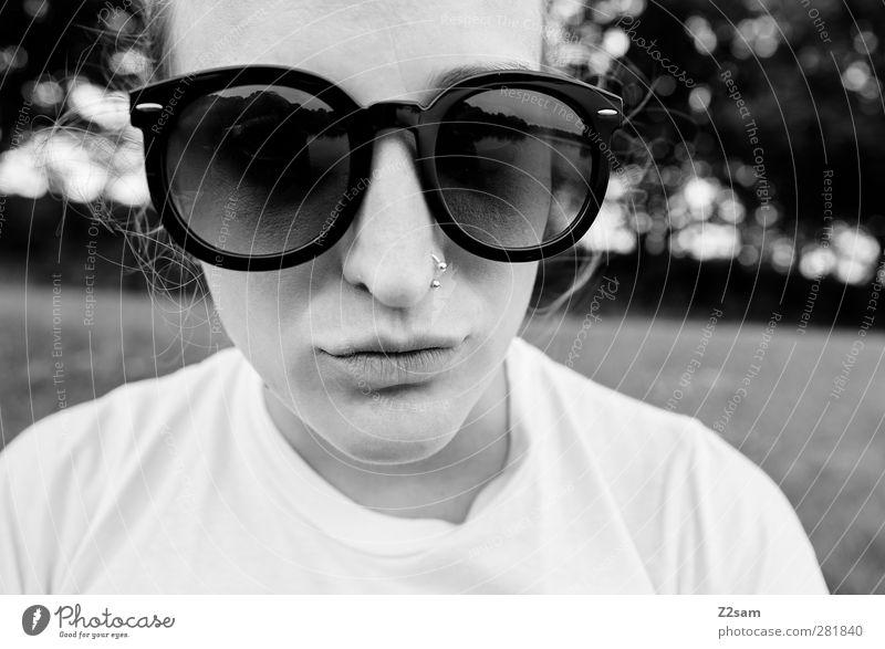 schnute Lifestyle Stil Junge Frau Jugendliche 1 Mensch 18-30 Jahre Erwachsene Landschaft Sträucher Piercing Sonnenbrille Erholung Blick blond frech lustig