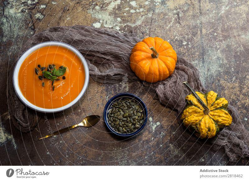 Kürbiscreme auf Schüssel Creme Suppe Gesunde Ernährung Eintopf Kürbisrohre Gemüse Vegetarische Ernährung Tradition gebastelt Löffel Serviette Holz Teller