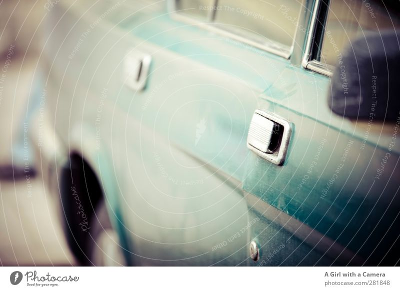 on the run Verkehr Verkehrsmittel PKW alt Oldtimer altmodisch retro Siebziger Jahre Gedeckte Farben Außenaufnahme Detailaufnahme Menschenleer Textfreiraum Mitte
